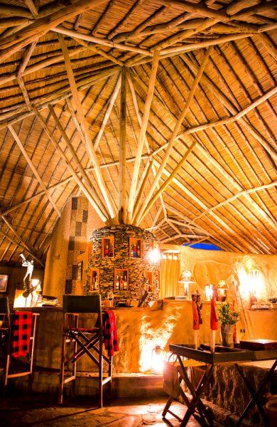 Baren er hyggelig innredet og byr på god stemning på kveldstid. Foto: Kilima