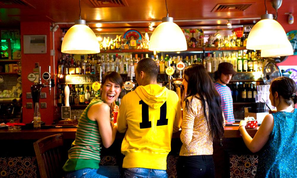 Fra livlig publiv til fotball og shopping. I Manchester får du alt. Foto: Visit Britain