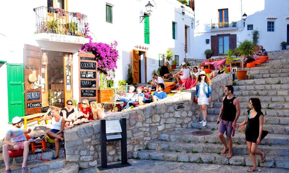 Ibiza er mye mer enn strandfester og teknomusikk. Her finner du hyggelige og fargerike barer og gode restauranter. Foto: Mari Bareksten