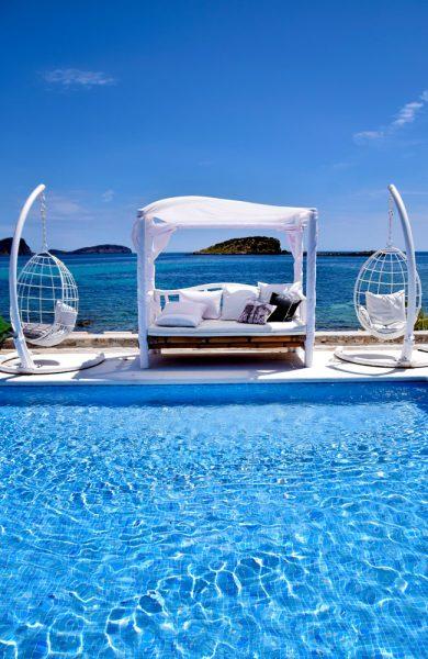 På Jacaranda Lounge kan du nyte livet ved havet i flotte omgivelser. Foto: Mari Bareksten