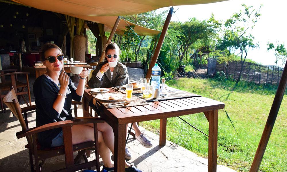 """Venninnene Pauline Countneau og Carol Pigeard så """"De fem store"""" på fem timer i Masai Mara. Foto: Mari Bareksten"""