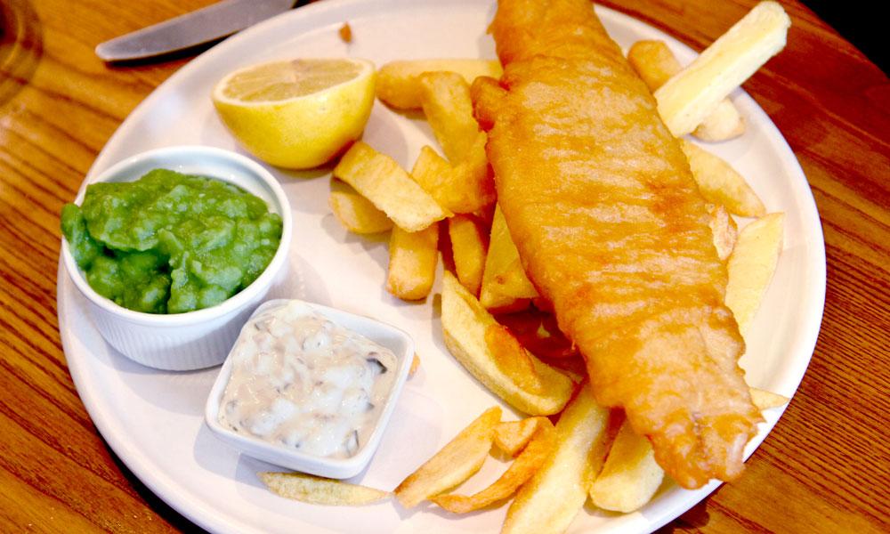 Når sulten trenger seg på kan det kanskje friste med en tradisjonell britisk fish & chips? Foto: Runar Larsen