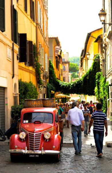 Blant de hyggelige gatene i Trastevere kan du utforske deilig mat og lokalprodusert design. Foto: Paul Hughson