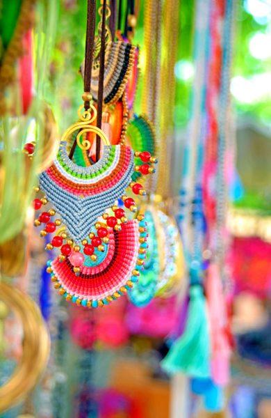 Er du glad i farger og den avslappende hippiestilen er det store muligheter for å gjøre et kupp på øyas to ukentlige hippiemarked. Foto: Mari Bareksten.