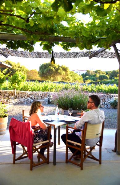 Vin og måltider nytes i idylliske omgivelser. Foto: Mari Bareksten