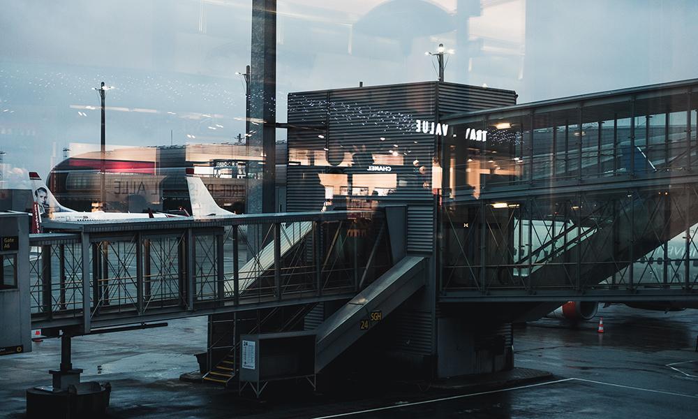 En regntung formiddag på Oslo Lufthavn. Foto: Stian Klo