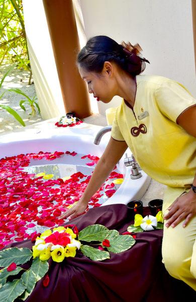På resortens prisbelønte spa tas man godt vare på av spasjef Atitaya M'Bayki og behandler Suree Poocham på bildet. Foto: Torild Moland