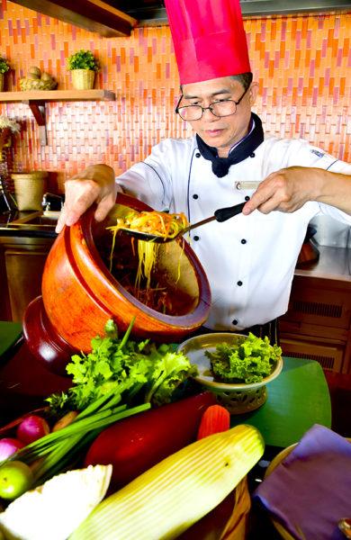 Sjefskokk Prapan lærer gjerne bort noen triks for å lage den perfekte pad thai eller tom kha gai-suppe. Foto: Torild Moland