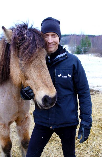 Jonas Fjellgren på Sör Sellnäs Islandshäster har flere ulike rideturer – også for helt uerfarne ryttere. Foto: Ida Anett Danielsen
