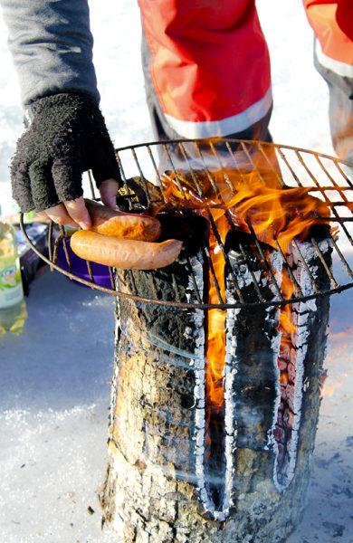 Når fisken uteblir er det godt å ha back up i sekken. Nygrilla pølser og bålkaffe smaker ypperlig på isfisketur. Foto: Ida Anett Danielsen