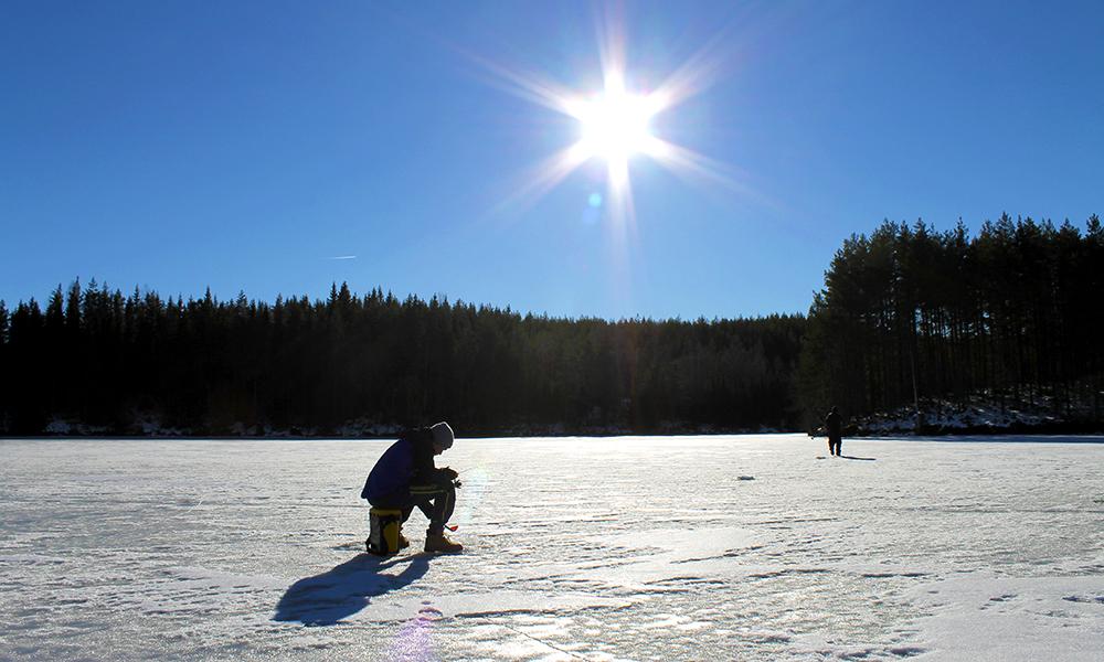Det gjelder å være tålmodig på isen. Men når omgivelsene ser slik ut er det ikke noe problem. Foto: Ida Anett Danielsen