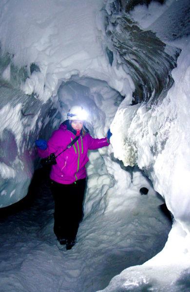 Inne i isgrottene i Longyearbreen har sommerelvene skapt en spennende verden i de mange tusen år gamle isbreene. Foto: Runar Larsen