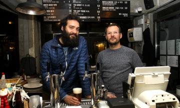 Hassan Haider (t.v) og Erik Moynihan har vært med ølrevolusjonen i Seoul fra starten av. – Jo flere gode bryggeri, jo bedre for alle, mener duoen som driver Magpie Brewing Company. Foto: Runar Larsen