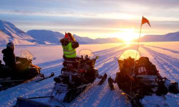 Van Mijenfjorden  ved Sveagruva er et yndet jaktområde for sultne isbjørner. Derfor gjelder det å sjekke forholdene godt før vi legger ut på scootertur. Man skal ikke overraske Kongen av Arktis midt i et måltid! Foto: Runar Larsen