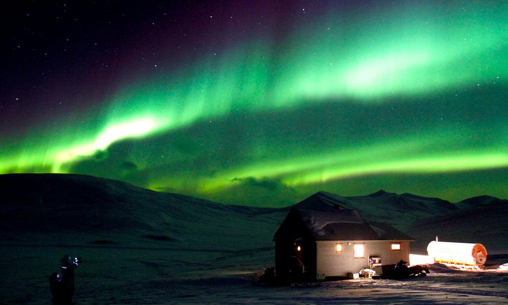 Nordlyset viser fram sine flotteste farger i vinterparadiset. En magisk stemning. Foto: Runar Larsen