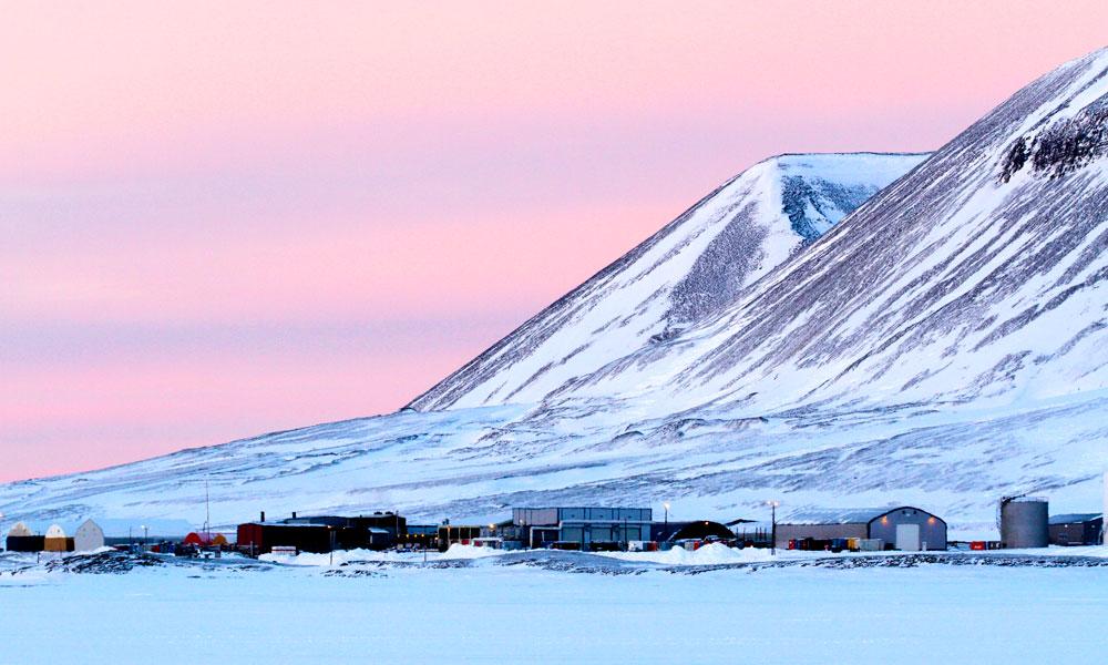 Kulldrift har tradisjonelt vært den viktigste industrien, men i dag er turisme i ferd med å bli det nye gullet. BIldet er fra gruvebyen Svea. Foto: Runar Larsen