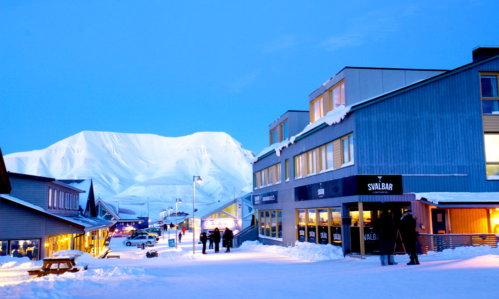I sentrum av Longyearbyen kan du ferdes ubevæpnet. Utenfor tettsteder er det påbudt med våpen pågrunn av isbjørnfare. Foto: Runar Larsen