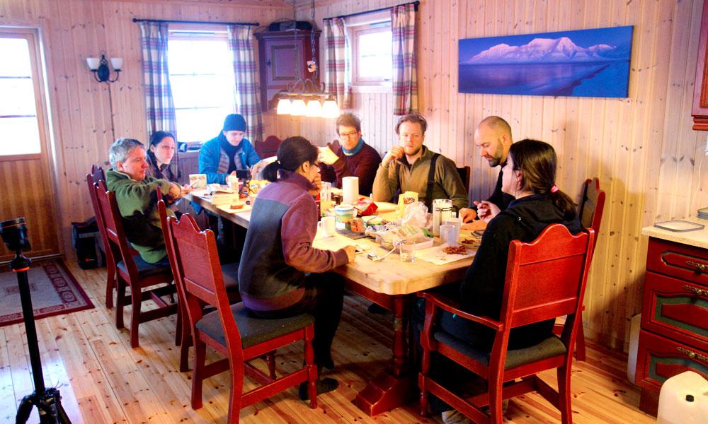 Det er viktig med en god frokost før en ny dag ute i vinterland. Foto: Runar Larsen