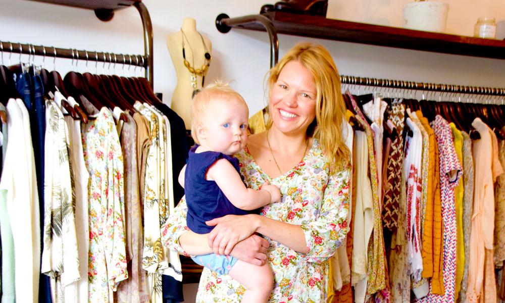 I klesbutikken Who Invited Her i Fitzroy står butikkeier Zoe West (39) med datteren på armen. Sånn er det å drive butikk. Foto: Mari Bareksten