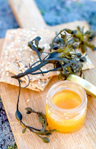 Tangknekkebrød passer godt med hjemmelaget smør fra lokale Greby Mejeri og honning fra egne bikuber. Foto: Mari Bareksten