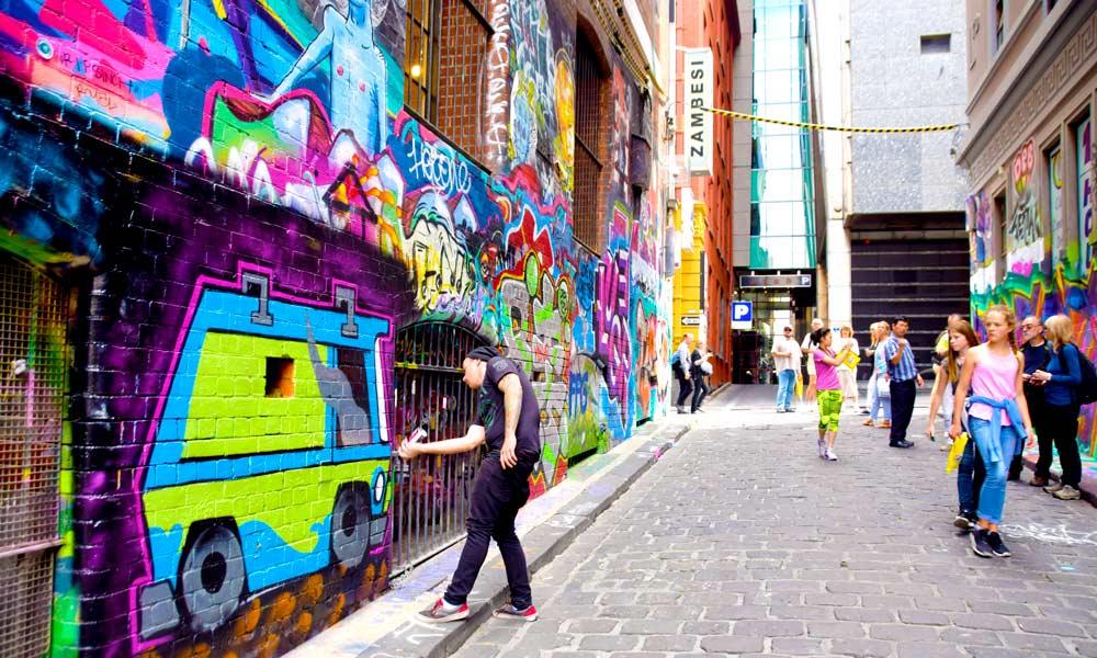 Urbane og hyggelige sidegater med gatekunst er ikke uvanlig. Foto: Mari Bareksten