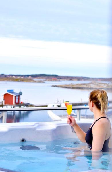 Spa Horisont åpnet i fjor, og fra boblebadet på terrassen har man god utsikt til den svenske skjærgården. Stine Halck (30) nyter utsikten. Foto: Mari Bareksten