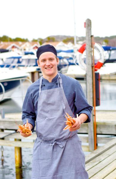 Restaurantsjef Dennis Augustsson (28) på Tanumstrands restaurant, Latitude 58, bruker ingredienser fra egen breddegrad og mye sjømat. Foto: Mari Bareksten