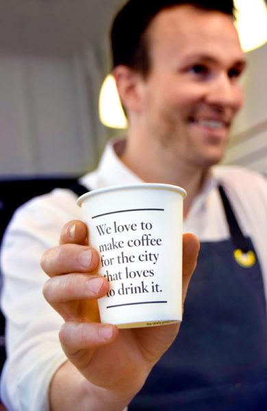 """""""Vi elsker å lage kaffe for byen som elsker å drikke den."""" Australerne elsker rett og slett kaffen sin. Foto: Mari Bareksten"""
