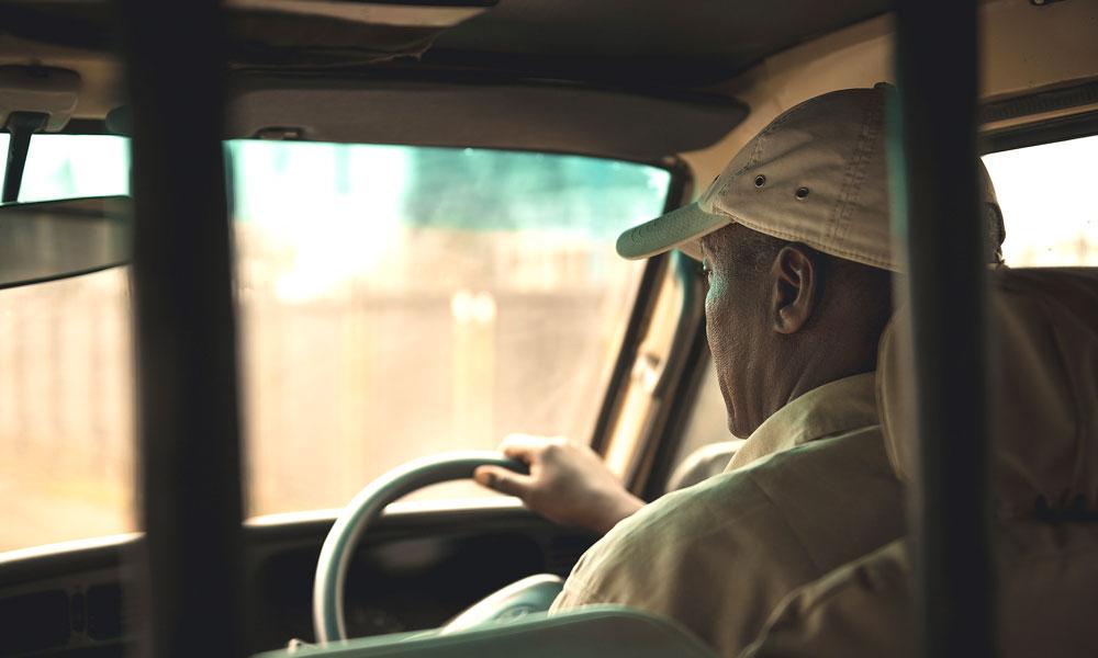 Mann kjører safaribil