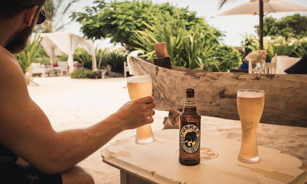 Mann drikker øl og slapper av
