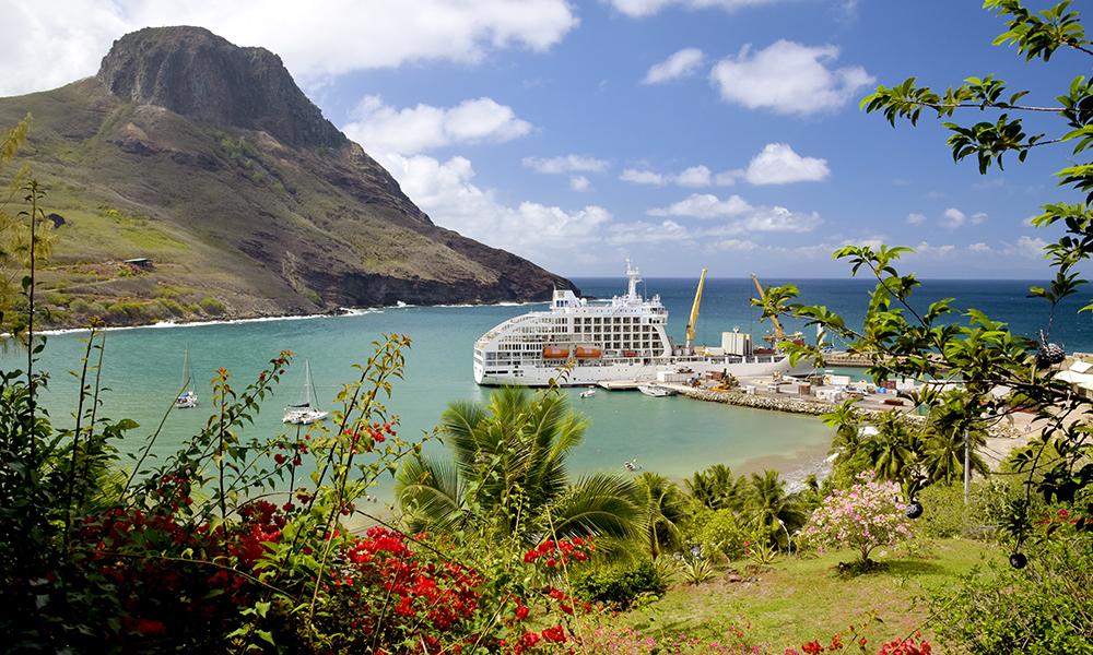 Bli med på et eksotisk cruise til verdens ende! Aranui 5 seiler til de isolerte Marquesasøyene og her er det mulig å booke en seng i en sovesal. Det er også sosialt rundt bordet til både lunsj og middag, så man blir godt kjent!