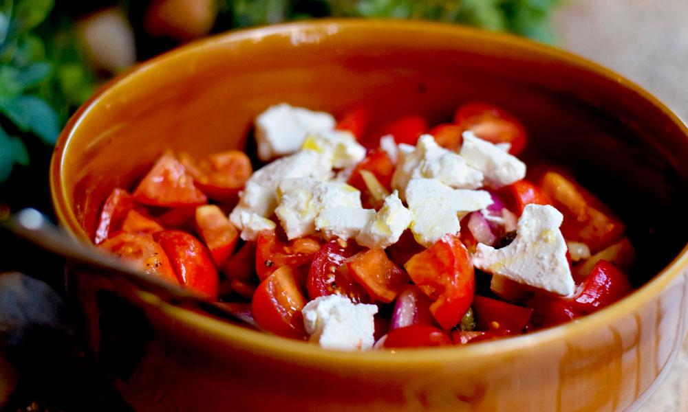 Ost og tomatsalat.