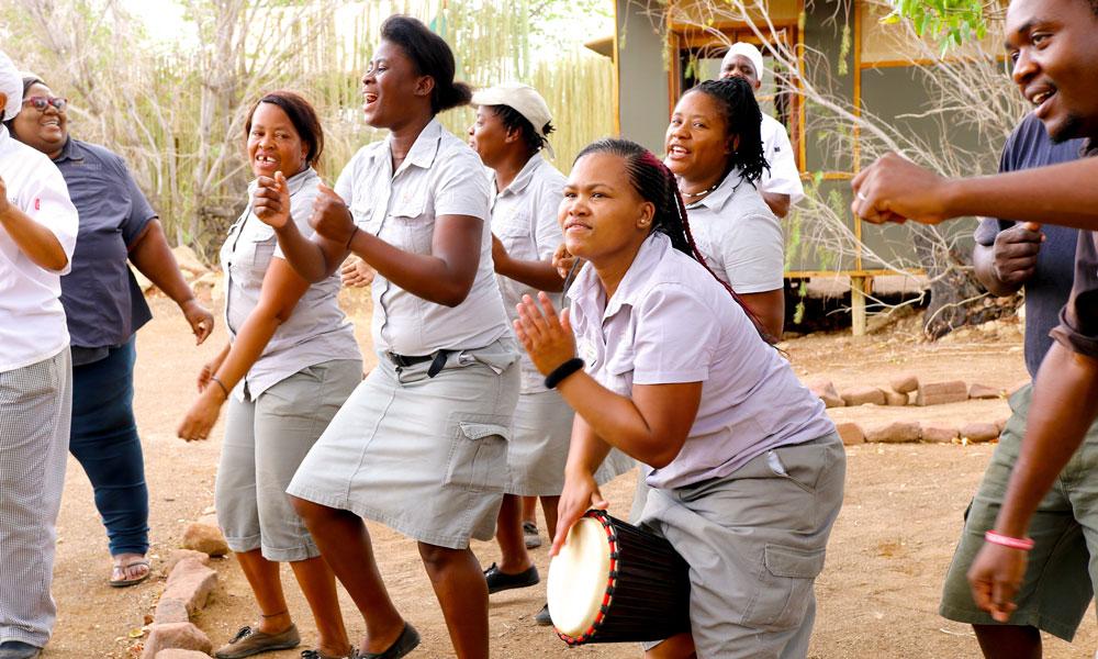 Dansende og syngende damer