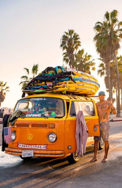 Surfer og retro Volkswagen.