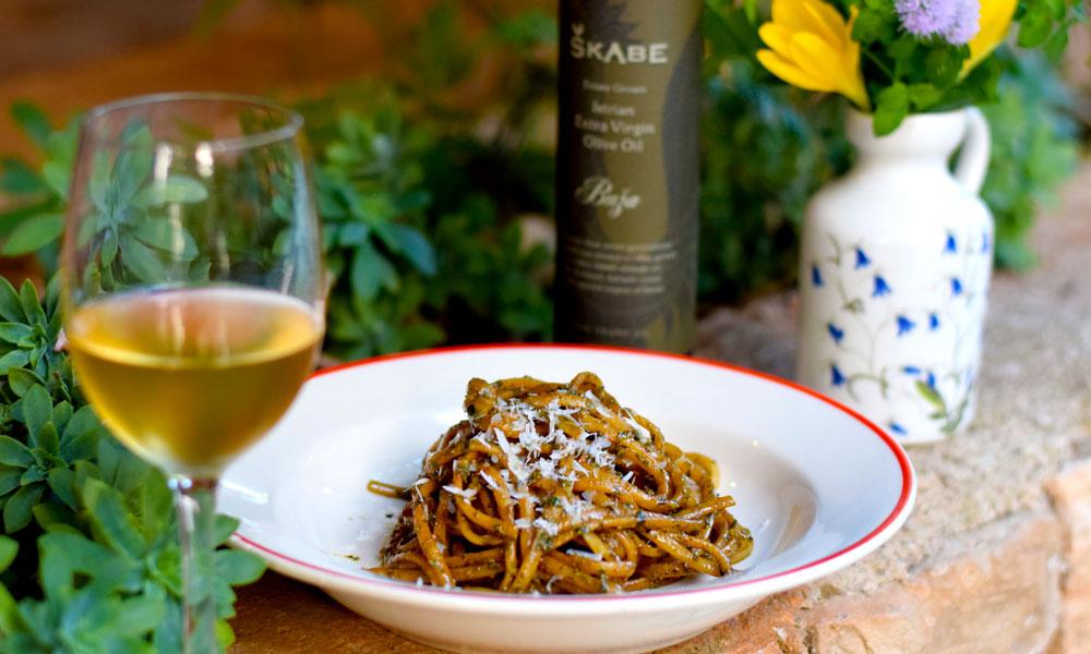 Pasta, olivenolje og ett glass vin.