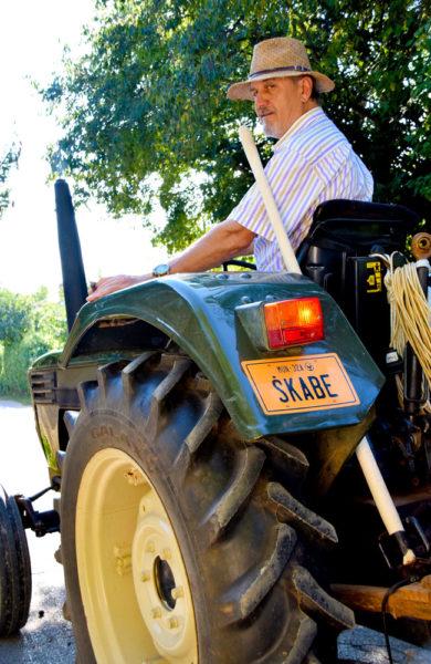 Mann på traktor.