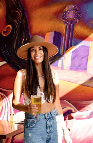 Dame med øl på kafe.