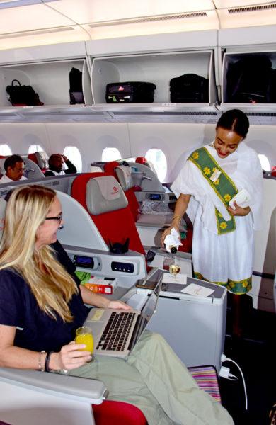 Dame blir servert drikke på fly