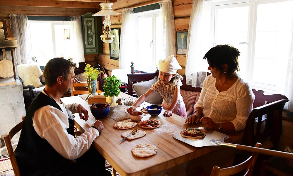 Tradisjonsrik stue med tradisjonsrik kost. Foto: Torild Moland